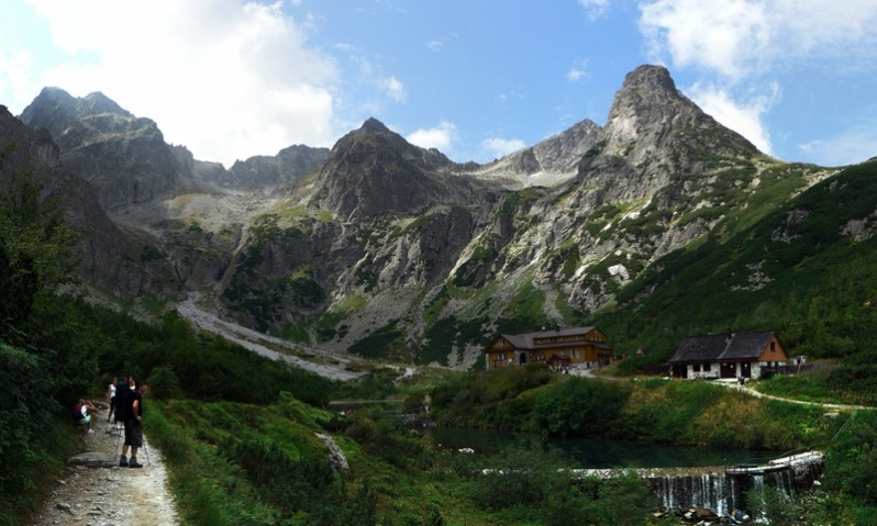 nature-walking-mountain-adventure-valley-mountain-range-689914-pxhere.com.jpg
