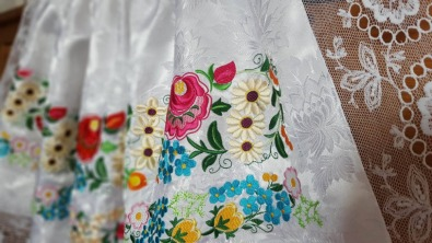 brokátová zástěra s tylangrovými krajkami