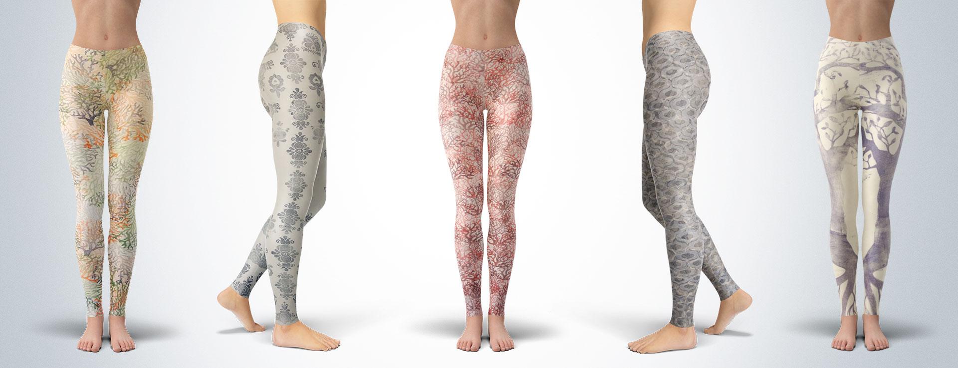 Ženské nohy v barevných vzorovaných ručně šitých a barvených legínách značky Bavleg.