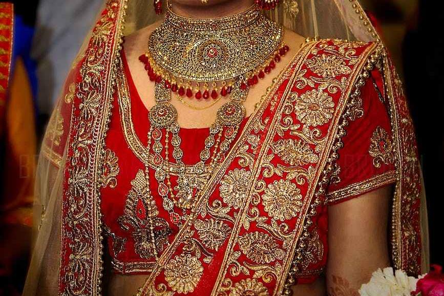 Indické červeno-zlaté šaty