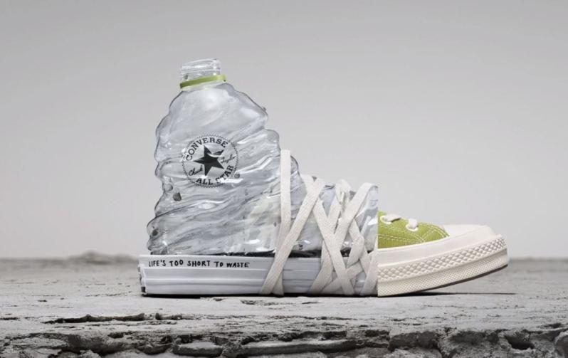 Zelená teniska Coverse vyrobená z plastových lahví