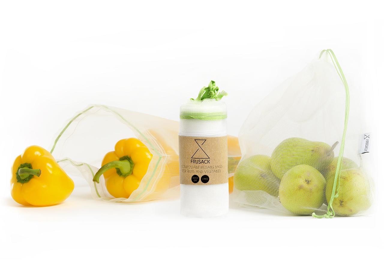 Žluté papriky a hrušky v udržitelných sáčcích Frusack