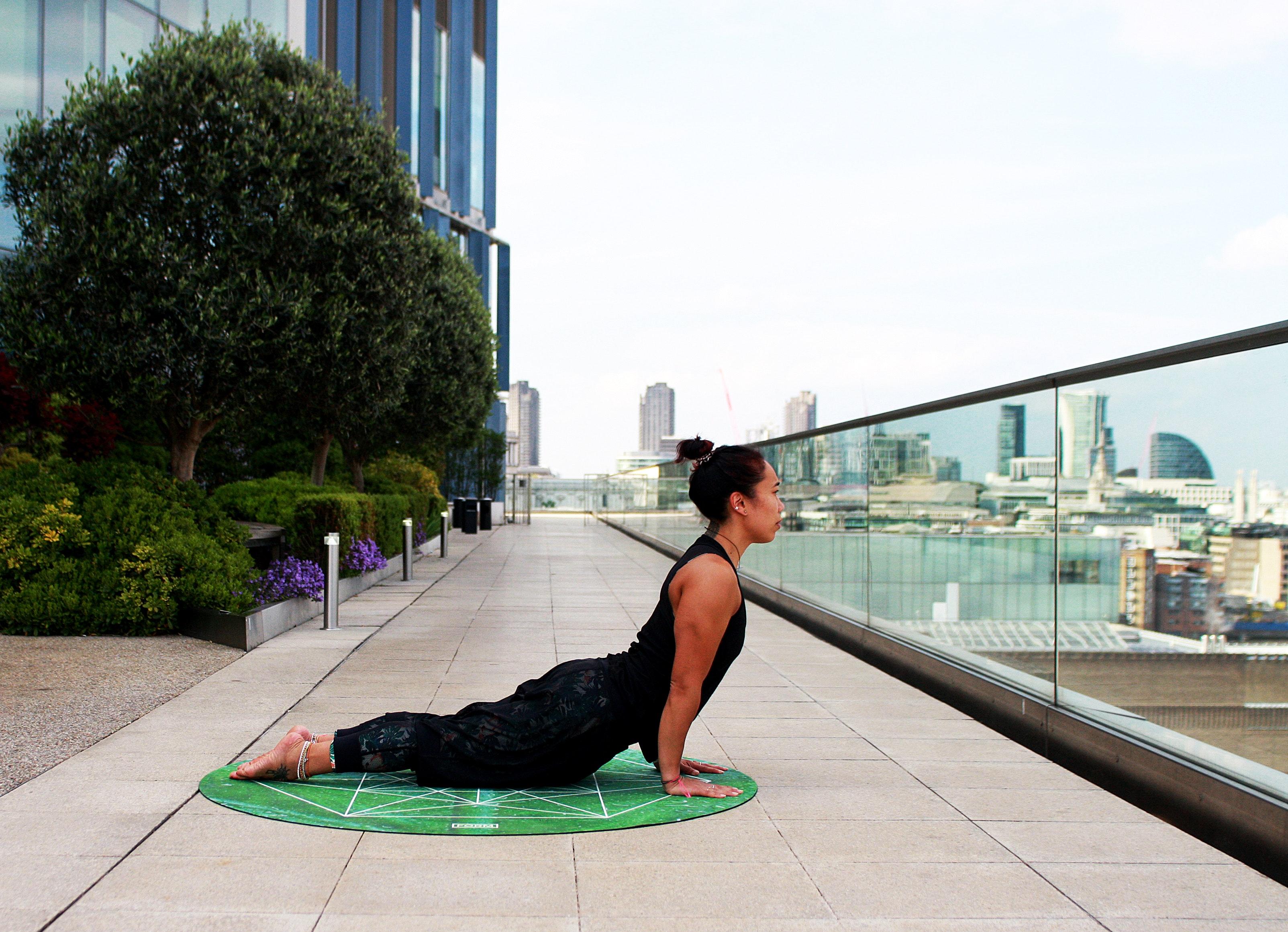 Pozice kobra jóga na střeše